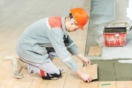 ceramica: solador en obras de renovaci�n industrial piso embaldosado Foto de archivo