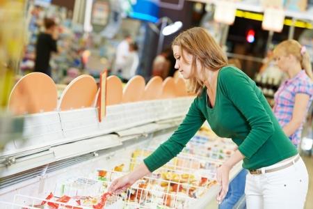 mujer en el supermercado productos lácteos
