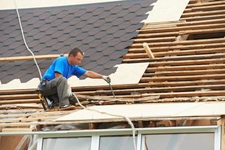 tejas: techos con tejado de trabajo flexible Foto de archivo