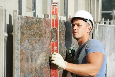 sterbliche: builder Fassade Stuckateur Arbeiter mit Niveau