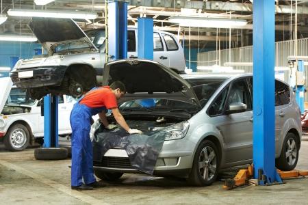 garage automobile: m�canicien automobile au travail