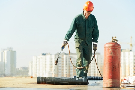 tar felt: Flat roof covering repair works with roofing felt Stock Photo