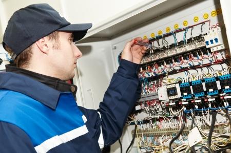 panel de control: Electricista en el trabajo de ajuste de voltaje