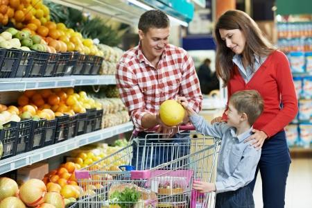 abarrotes: Familia con frutas hijo de compras