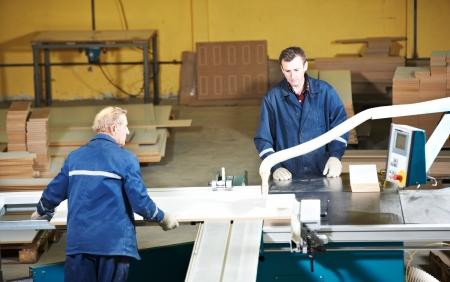 fettler: trabajadores de transformaci�n de la madera con sierra circ Foto de archivo