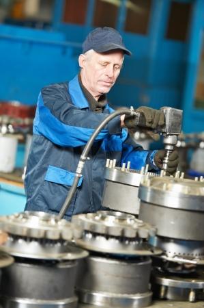 montaje: trabajador experimentado montador industrial