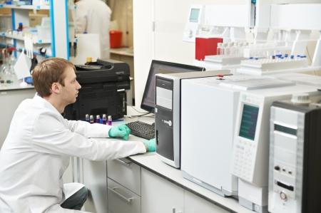 Scienziato ricercatore uomo lavora in laboratorio