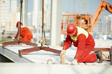 constructor trabajador instalar losa de hormigón