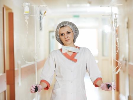 goteros: Joven enfermera médico con cuentagotas en el hospital Foto de archivo