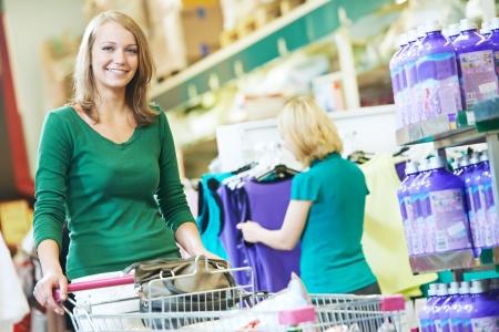 carro supermercado: mujer con carrito de compras en el supermercado