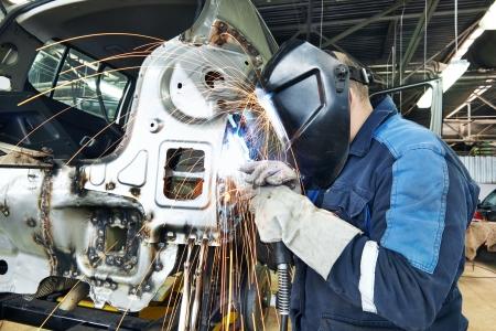 garage automobile: réparateur soudage carrosserie métallique