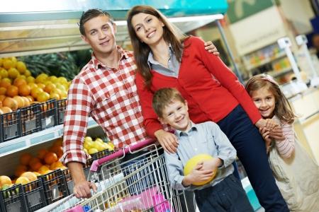 ni�os de compras: Familia con ni�os frutas comerciales Foto de archivo