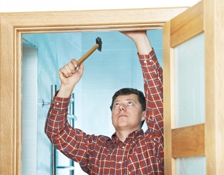 door casing: carpenter at door installation