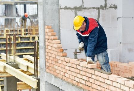 bricklayer: alba?il trabajador de construcci?n mason