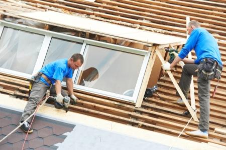 menuisier: travaux de toiture avec un toit souple Banque d'images