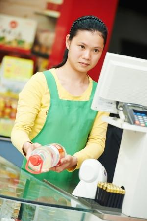 cassa supermercato: donna cinese negozio lavoratore