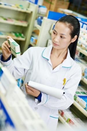 drugstore: Farmacia china Mujer del qu?mico en China droguer?a Foto de archivo