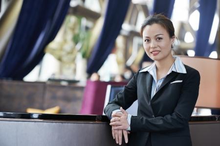 supervisores: Mujer de negocios joven sonriente