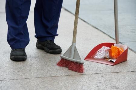 Straat schoonmaken en vegen met een bezem