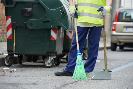 limpieza: Calle de limpieza y barrido con escoba Foto de archivo