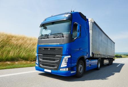 高速道路走行トレーラーと大型トラック