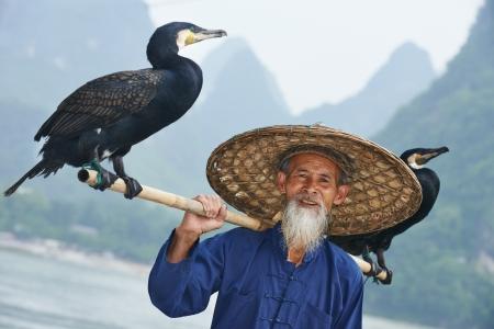 man fishing: Anciano chino con cormorán para la pesca Foto de archivo