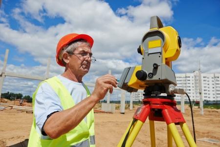 teodolito: Surveyor trabaja con teodolito