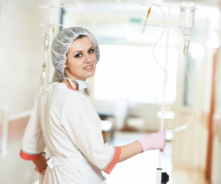 goteros: médico enfermera en uniforme médico con cuentagotas en el hospital sala de clínica