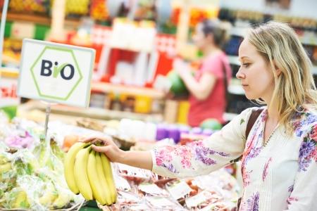 Einkaufen Junge Frau buyng Bio-Lebensmittel Obst in Gemüseladen oder Supermarkt