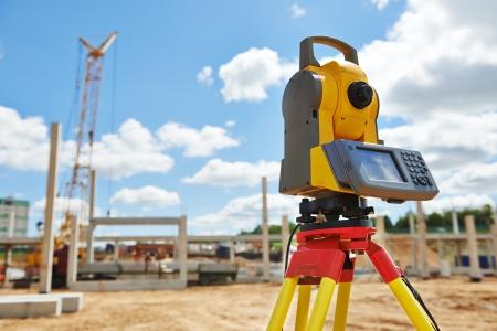 Landmeter uitrusting theodoliet in openlucht op bouwplaats