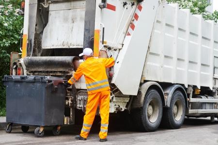 canecas de basura: Trabajador de reciclaje de basura camión recolector de residuos de carga municipal urbano y basura Foto de archivo