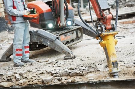 bouwer werknemer in veiligheid beschermingsmiddelen operationele bouw sloopmachine robot Stockfoto