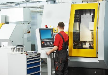 milling center: tecnici meccanici di lavoro presso il centro fresa CNC in officina strumento