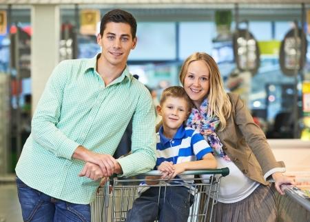 ni�os de compras: Compras de la familia. Hombre joven y una mujer embarazada durante las compras en el supermercado