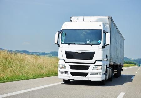 로지스틱 트럭 트레일러를 차선 도로에서 물건을 배달하는 트럭 스톡 콘텐츠