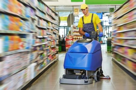 huis opruimen: Vloer zorg-en schoonmaakdiensten met wasmachine in supermarkt winkel