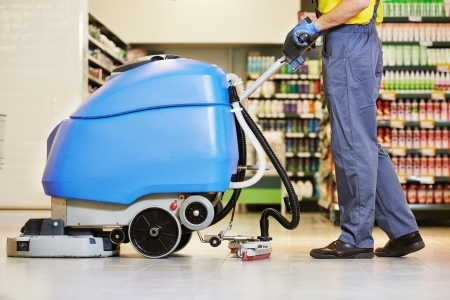 femme nettoyage: Entretien des planchers et des services de nettoyage avec machine � laver dans le magasin de magasin de supermarch�