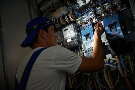 solucion de problemas: trabajador electricista de detección y solución de alambre cableado desglose daño con tester scredriver en fuseboard distribución de energía