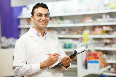 drugstore: mujer alegre químico farmacéutico de pie en la farmacia farmacia Foto de archivo