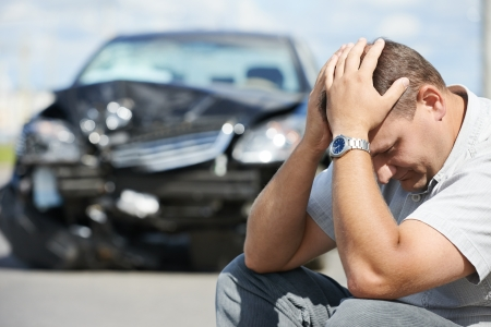 acidente: Homem motorista chateado adulto na frente de autom
