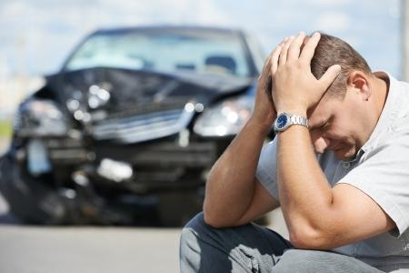 Volwassen overstuur bestuurder man in de voorkant van auto crash botsing auto-ongeluk in de stad weg Stockfoto