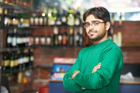 Porträt der indischen Sikh Mann mit Turban Verkäufer in Rauschebart bei Shop