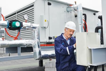 senior volwassene ventilatie elektricien builder ingenieur aan het werk Stockfoto