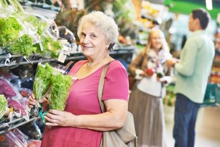 과일이나 야채 슈퍼마켓 상점 상점에서 쇼핑을하는 동안 여성 스톡 콘텐츠