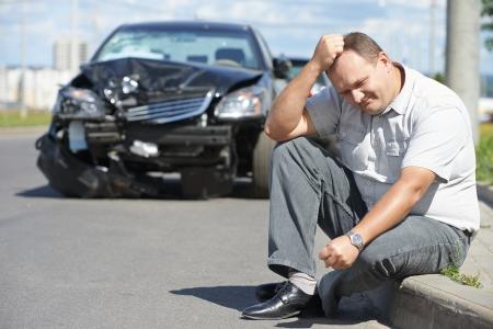 Adult sconvolto uomo conducente di fronte automobile incidente incidente collisione in città strada