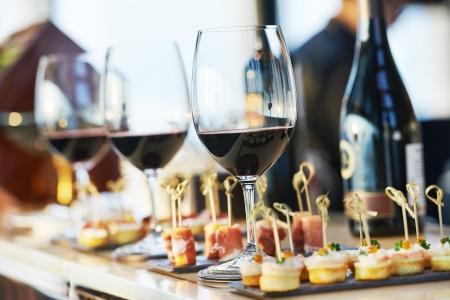 botanas: catering servicios de fondo con aperitivos y copas de vino en el mostrador de camarero en el restaurante