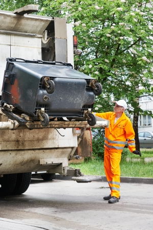 recolector de basura: Trabajador de reciclaje de basura cami�n recolector de residuos de carga y basura Foto de archivo