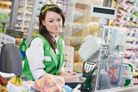 Portrait d'assistant commercial ou travailleur cashdesk dans le magasin de supermarché Banque d'images