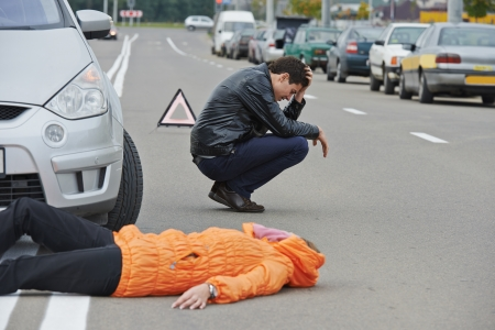 hit man: Incidente stradale. Abbattere conducente pedonale e sconvolto di fronte automobile incidente collisione auto