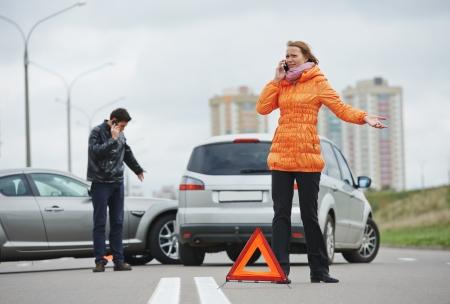 자동차 충돌. 드라이버 남자와 도시에서 충돌 사고로 손상된 자동차의 자동차 검사 여자 스톡 콘텐츠